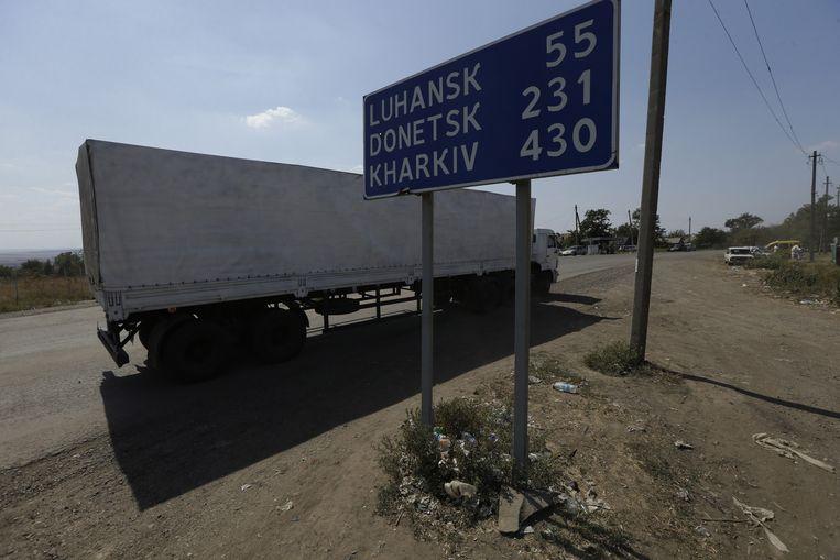 De eerste vrachtwagen van het Russische konvooi passeert de grenspost bij Izvarinje, en rijdt Oekraïne binnen. De Oekraïense regering spreekt van