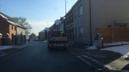 VIDEO. In Denderleeuw hebben ze wel heel speciale strooiwagen om voetpaden sneeuwvrij te maken