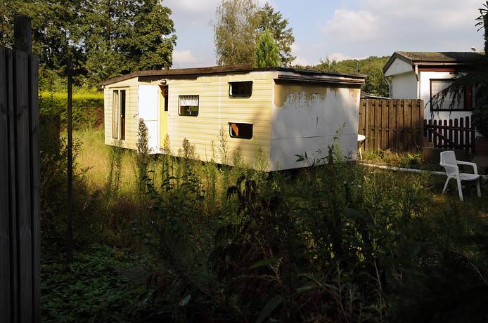 Een verwaarloosde caravan op de inmiddels ontruimde camping Fort Oranje in Rijsbergen.