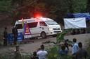 Een ambulance rijdt weg bij het grottencomplex.