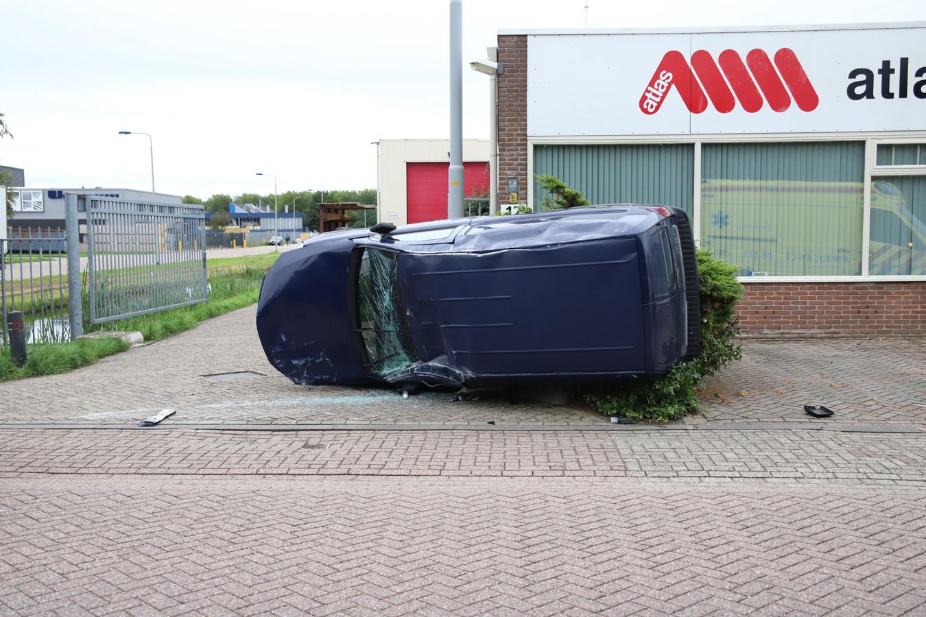 De wagen die op de zijkant terechtkwam.
