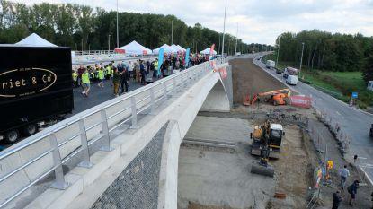 Brug over kruispunt R6-Liersesteenweg feestelijk ingehuldigd