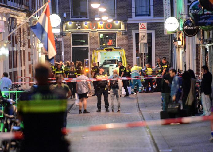 Hulpverleners in actie na de schietpartij in Den Haag in juli 2015, waarbij Tico een man zou hebben vermoord.