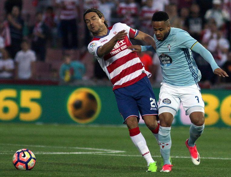 Bongonda in het shirt van Celta tegen de Sloveen Krhin van Granada.