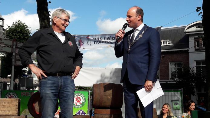 Burgemeester Palmen verrast Jan Munnik op historisch bierfestival pROOSt in Hilvarenbeek met een lintje, Lid in de Orde van Oranje-Nassau.