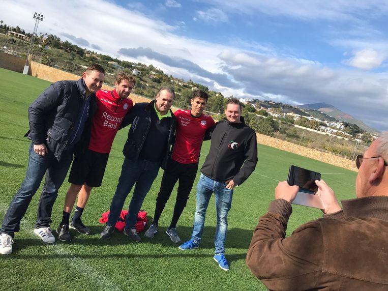 Nieuwkomers Marcq en Harbaoui poseren met enkele fans voor de foto.