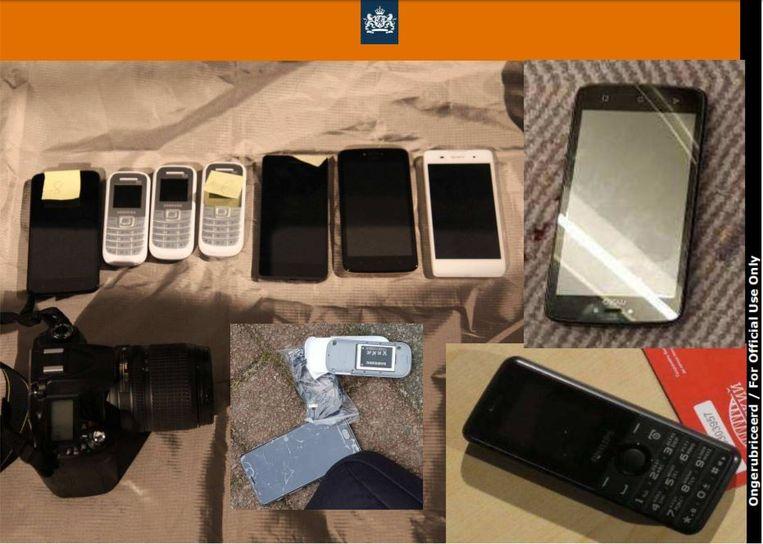 Telefoons die zijn gebruikt door de Russische militaire inlichtingendienst voor de cyberaanval. Beeld null