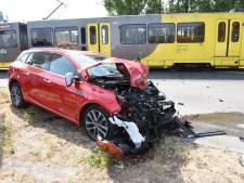 Gewonde bij harde botsing tussen auto en tram in Utrecht