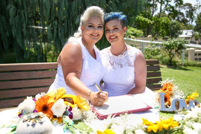 Bruiden Amy Laker en Lauren Price