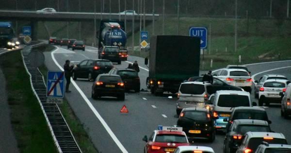 A35 bij Enschede-Zuid afgesloten na ongeval tussen vrachtwagen en auto.