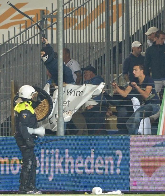 De ME houdt de supporters van FC Den Bosch in toom.