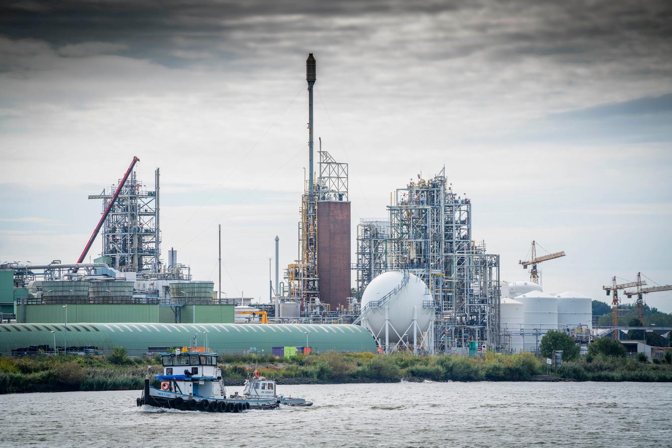 De fabriek van Chemours aan de rivier.