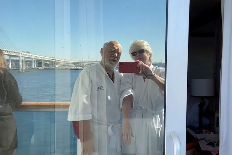 Passagiers van de Diamond Princess, het cruiseschip dat voor anker ligt voor de Japanse kunst, maken er het beste van. Beeld AP