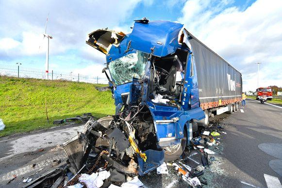 De cabine van de vrachtwagen was helemaal vernield.