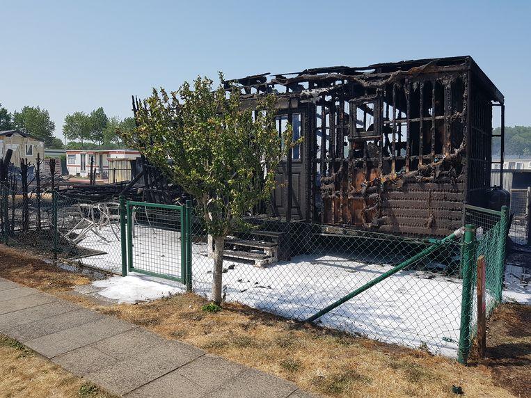 Drie bungalows brandden volledig uit. Vijf andere raakten beschadigd.