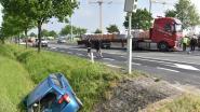 Vrachtwagen ramt auto de sloot in