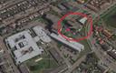 De situatie vanuit de lucht. Rood omlijnd: Dalemhof met de auto's van bewoners voor de deur. De grijze gebouwen daar linksonder zijn van het SVRZ.