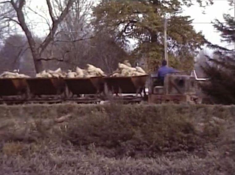 Uit de reportage van Willy Verworst over de laatste dijkbreuk en het daaropvolgende Sigmaplan. Via een inderhaast aangelegd spoor, werden zandzakjes aangevoerd.