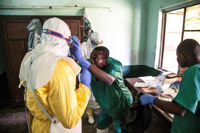 Er zijn nu 44 mensen met symptomen van hemorragische koorts, waarvan er drie bevestigd zijn als ebolagevallen. Er vielen ook al 23 doden.