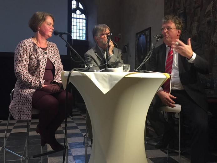 Tobias van Gent (rechts) tijdens een bijeenkomst in Middelburg. Verder staan op de foto Jeanine Dekker (links)en Peter Sijnke.