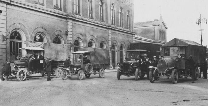 Met vrachtwagens werden de werklozen dagelijks vanaf het station naar de inpoldering in de Dordtse Biesbosch gebracht en gehaald.