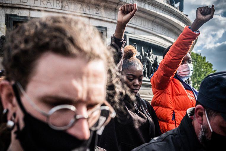 Mensen verzamelen zich op de Place de la République in Parijs, op 9 juni 2020, tijdens een demonstratie tegen racisme en politiegeweld na de dood van George Floyd. Beeld Joris Van Gennip
