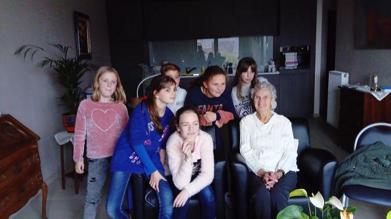 De kinderen brachten de bejaarden een bezoekje in hun assistentiewoningen.