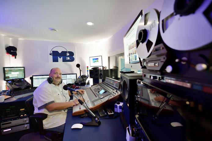 Michiel Bouwmeester in zijn studio universe radio in Etten-Leur viert 5 jarig bestaan. Foto Peter van Trijen.