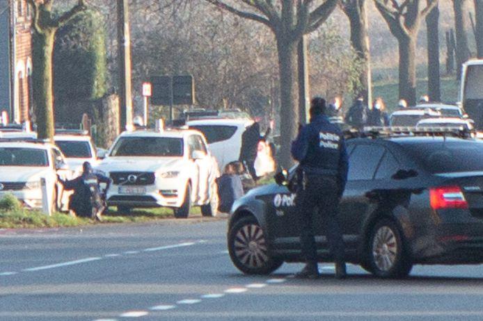 Een van de verdachten geeft zich over aan de speciale eenheden van de politie.
