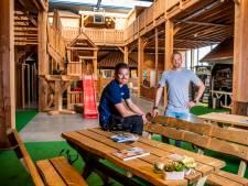 Van piketpaal tot schuur: Pedro en Mitch timmeren stevig aan de weg met tuinhoutbedrijf in Ter Aar