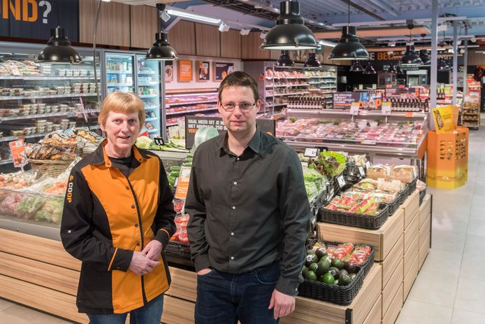 Ron Tholen en zijn moeder Dorry in de Coop-supermarkt in Wintelre.