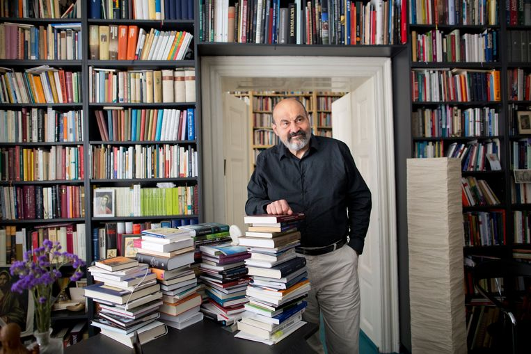 Tomás Halík in 2004 in zijn huis in Praag. Beeld Hollandse Hoogte / The New York Times Syndication