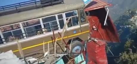 Un bus suspendu au-dessus du vide retenu par de bons samaritains