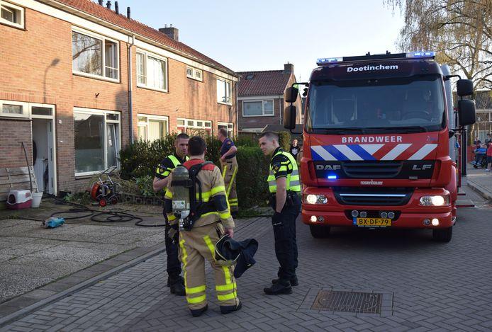 De brandweer bij de woning in Doetinchem waar een meterkast in brand was gevlogen.