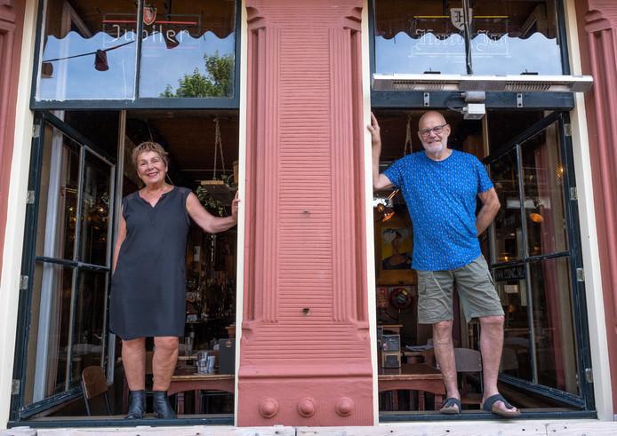 Josien en Frans Meijer zetten deuren en ramen van Café de Concurrent weer helemaal open tijdens de festiviteiten rondom hun dertigjarig uitbaterschap dit weekeind.