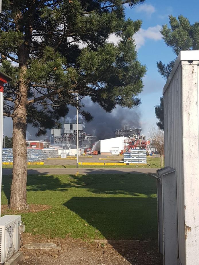 Veel rook boven het bedrijf