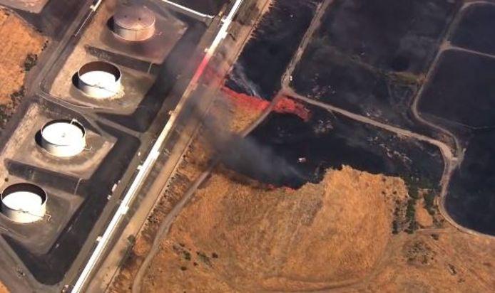Ces images aériennes filmées lundi à environ 40 kilomètres de San Francisco montrent un incendie qui était dangereusement près d'une raffinerie