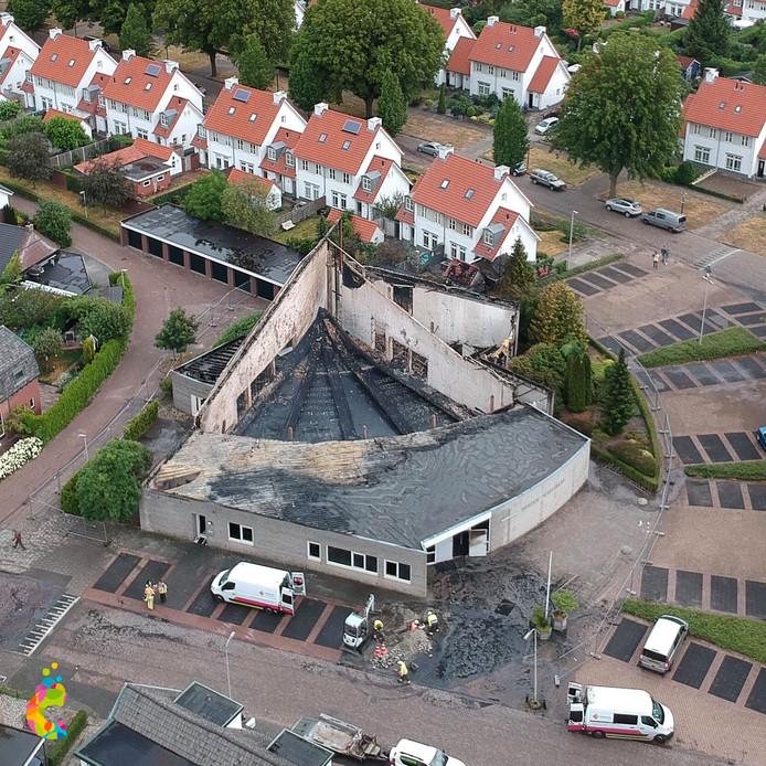 De schade aan de kerk is van bovenaf goed te zien