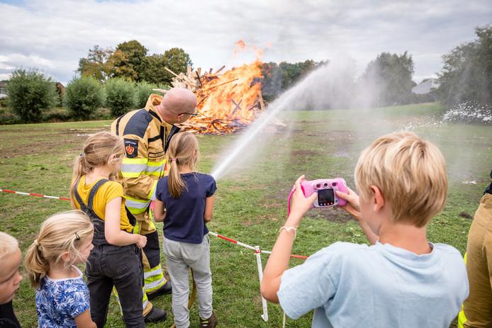 De hutten die de deelnemers van de 43ste editie van de Spelweek Ommen de afgelopen week hebben gebouwd zijn vrijdagmiddag in vlammen opgegaan. De brandweer uit Ommen zorgde voor een hittebestendig 'waterscherm'.