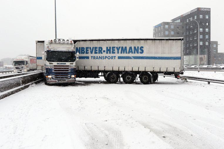 Een vrachtwagen verpert de snelweg E313 in Herentals.