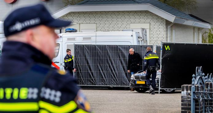 Grietje B. (57) uit Deventer, die wordt verdacht van het doodschieten van haar echtgenoot Lauwie van Lies, komt aan in een geblindeerde auto.