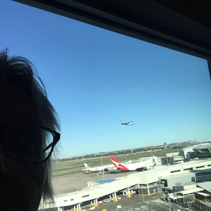 """Jeltje van Essen ziet vanuit haar hotelkamer hun repatriëringsvlucht naar Nederland vertrekken. ,,Onze vlucht naar Nederland zou om 16.00 gaan, we waren om 15.15 bij de incheckbalie in Sydney. Toen was er alleen nog maar bewaking in de hal, alle balies waren leeg. Een bewaker probeerde nog te bellen met de gate, maar het lukte niet om in contact te komen met de vliegtuigcrew."""""""