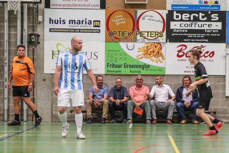 Burgemeester Francis Benoit (links op de bank) tijdens een match.
