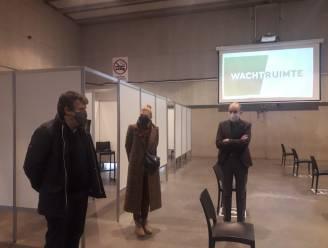 """Minister Bart Somers bezoekt vaccinatiecentrum De Waai: """"Knap wat er op korte tijd allemaal gerealiseerd is"""""""