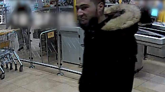 Op camerabeelden is te zien hoe een medewerker van een supermarkt aan de Laakweg wordt mishandeld en beledigd.