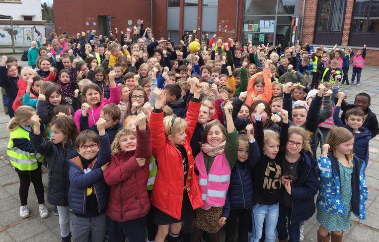 De leerlingen van de gemeentelijke basisschool Eindhout tonen dat het hen menens is met de Stip-It-actie.