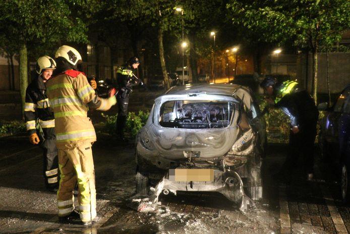 De politie zoekt sporen bij de uitgebrande auto.