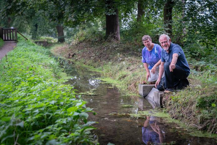 Ineke Puijk en Ruud Schaafsma bij een van de Renkumse beken.