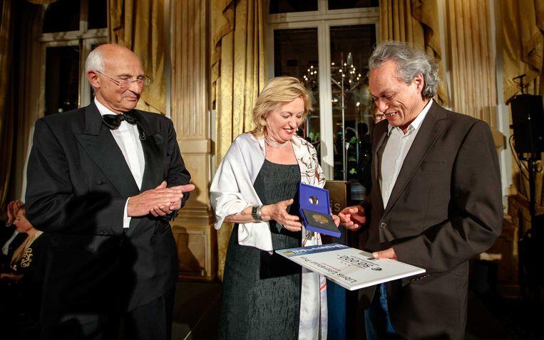 Alfred Birney krijgt de Libris Literatuur Prijs 2017 voor het boek  De tolk van Java, uit handen van demissionair minister van cultuur Jet Bussemaker. Beeld ANP Kippa