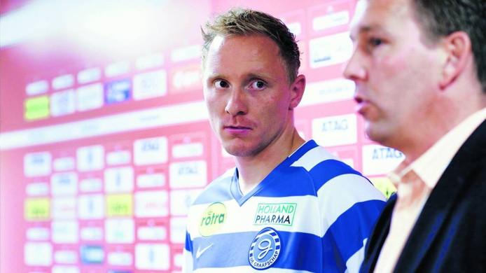 Jeroen Drost (links) en Roland Vroomans, technisch manager van De Graafschap. foto: Jan van den Brink